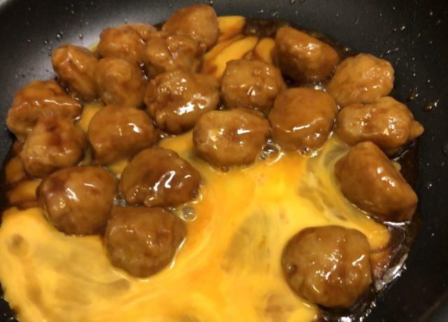 解凍した肉だんごと卵をフライパンに投入