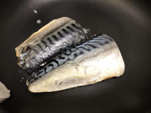 塩さば切身を解凍し身側を5分、皮側を3分フライパンで焼く