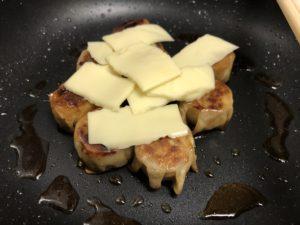 チーズをのせふたをして溶かす