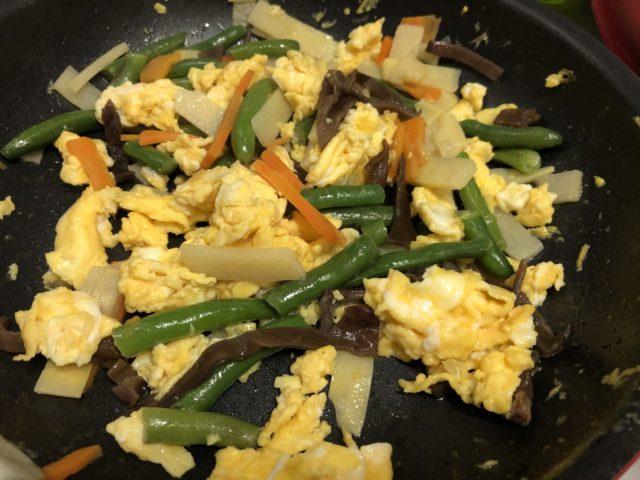 卵と中華ミックスを混ぜ炒める