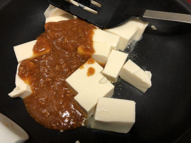 豆腐の水を切り、フライパンに投入する