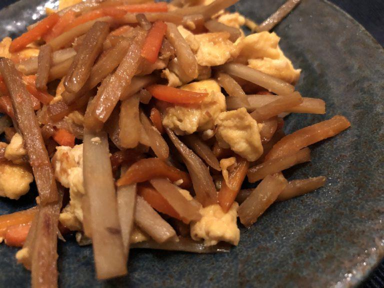 炒めた卵を投入し調味料を入れる