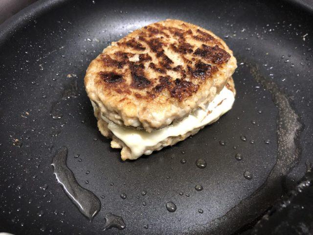 片方にチーズをのせて焼く