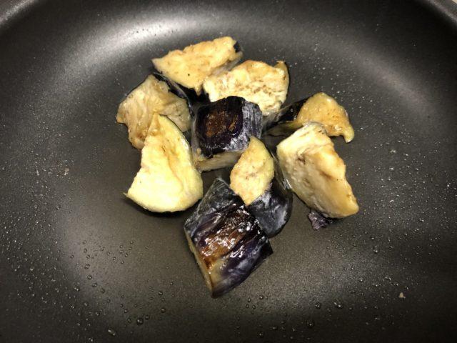パスタを茹で、なすを炒める